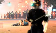 Vancouver kiss couple 'were knocked down by riot police'
