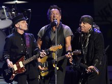 """WATCH: Bruce Springsteen salutes Prince in New York with incredible performance of """"Purple Rain"""""""