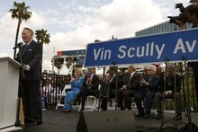 Dodgers' iconic broadcaster Vin Scully holds audience captive during speech