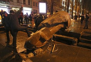 Kiev | Anti-Russia, pro-EU Ukrainian protesters knocked down Lenin statue